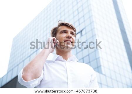бизнесмен небоскреба говорить сотового телефона счастливым молодые Сток-фото © deandrobot