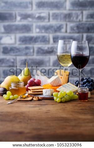 Uva formaggio miele vetro vino bianco legno Foto d'archivio © Yatsenko