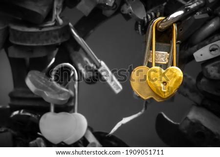 Bağbozumu kapalı altın asma kilit kalp şekli Stok fotoğraf © Yatsenko
