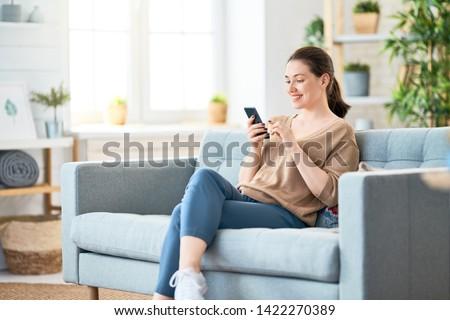 笑みを浮かべて · 女性 · 携帯電話 · コーヒーカップ · 幸せ · 笑顔 - ストックフォト © deandrobot