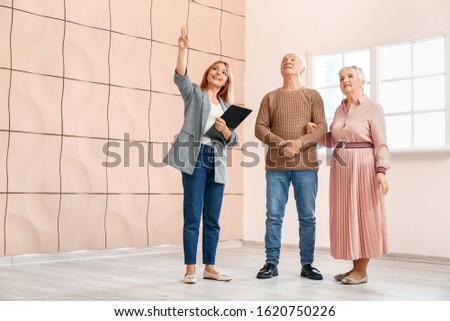 Női ingatlanügynök mutat idős felnőtt pár Stock fotó © feverpitch