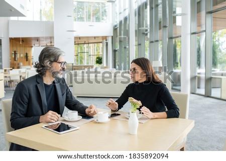 Foto d'archivio: Business · pranzo · due · persone · tavola · guardando · telefono