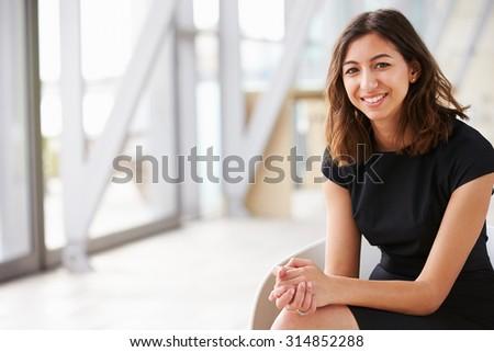 Feliz mujer de negocios sonriendo cámara oficina sala de espera Foto stock © diego_cervo