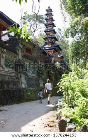 Fiú utazó kilátás pont dzsungel Bali Stock fotó © galitskaya