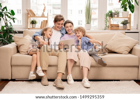 Groep kind vergadering sofa home tablet Stockfoto © Lopolo