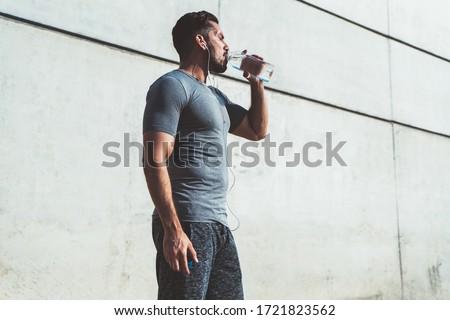 Imagen muscular hombre guapo 20s chándal correr Foto stock © deandrobot