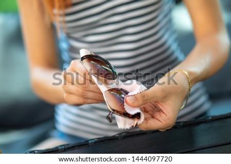 vrouw · handen · schoonmaken · zon · bril · micro - stockfoto © adamr