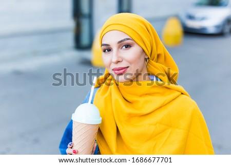 Jeunes belle femme hijab potable refroidissement cocktail Photo stock © pressmaster