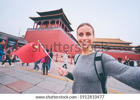 Seyahat teknoloji genç kadın turist bayrak Malezya Stok fotoğraf © galitskaya