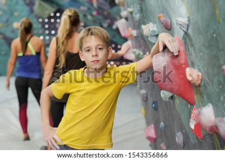 Fiú áll kamera dől hegymászás felszerlés Stock fotó © pressmaster
