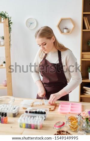 Jonge vrouwelijke zeep bruin schort Stockfoto © pressmaster