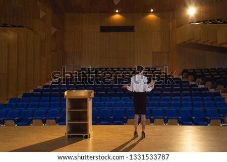 Vue arrière femme d'affaires apprentissage Photo stock © wavebreak_media
