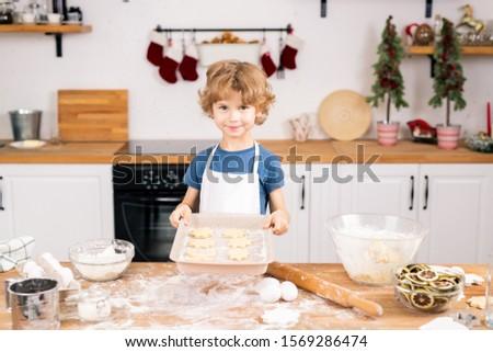 Heureux cute garçon brut cookies regarder Photo stock © pressmaster