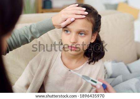 Kéz fiatal óvatos szerető lánygyermek beteg Stock fotó © pressmaster