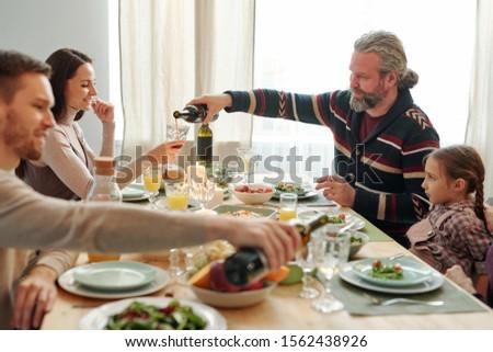 бородатый зрелый человек вино стекла молодые Сток-фото © pressmaster