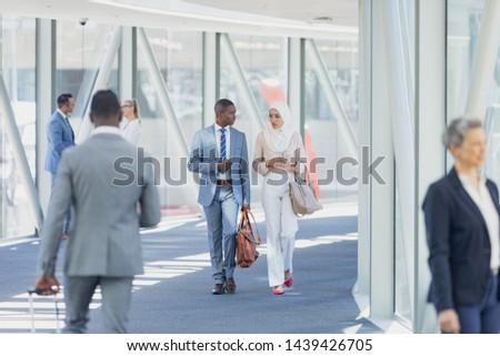 Elöl kilátás félvér üzletemberek sétál modern Stock fotó © wavebreak_media