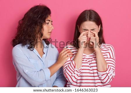 Bella ragazza confortevole sconvolto amico piangere Foto d'archivio © pressmaster