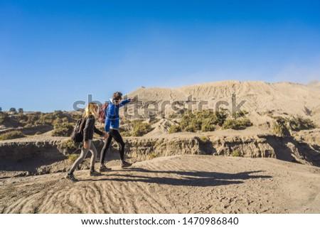 Człowiek kobieta wizyta wulkan parku Zdjęcia stock © galitskaya