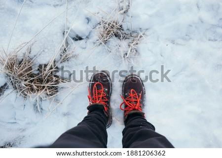 Piernas viajero pie profundo nieve aire libre Foto stock © galitskaya