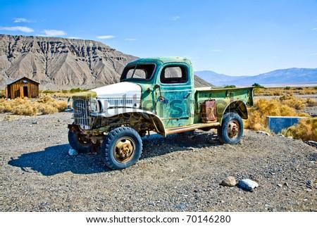 roestige · oude · vrachtwagen · wrak · uit · veld - stockfoto © meinzahn