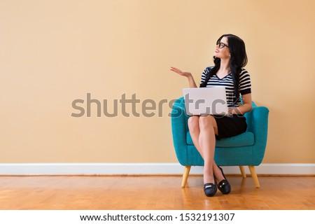 Genç güzel bir kadın sandalye iş oda beyaz Stok fotoğraf © wZrokowiec