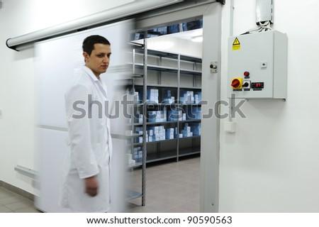 Fiatal munkás nyitás ajtó ipari hűtőszekrény Stock fotó © zurijeta