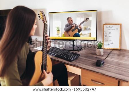 Akoestische gitaar gitarist spelen muziekinstrument handen Stockfoto © snowing