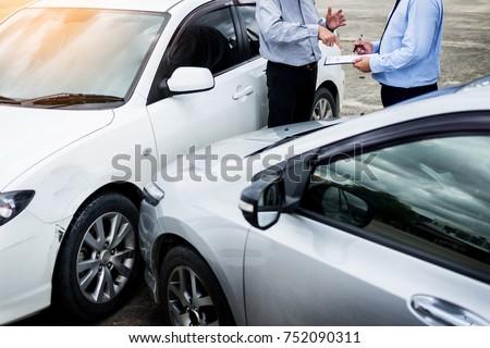 Seguro agente escrito portapapeles examinar coche Foto stock © snowing