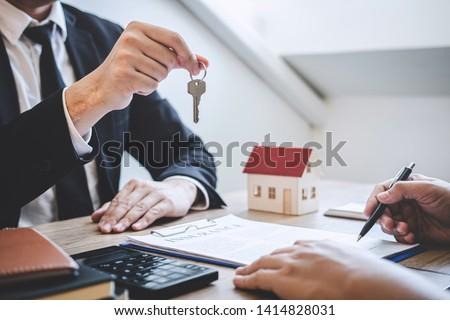 Foto stock: Corretor · de · imóveis · casa · teclas · cliente · assinar · acordo