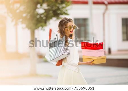 улыбающаяся женщина красочный коробки обувь торговых Сток-фото © studiolucky