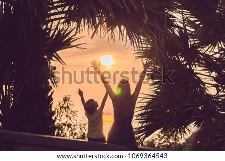 Stockfoto: Silhouetten · moeder · zoon · voldoen · zonsondergang · tropen