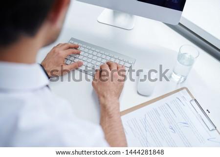 Mãos jovem analista corretor tocante teclas Foto stock © pressmaster