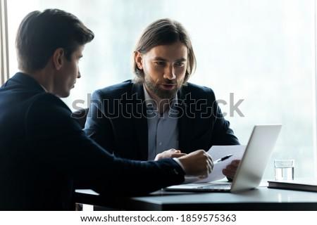 ejecutivo · empresario · de · trabajo · inversión · tableta · portátil - foto stock © Freedomz