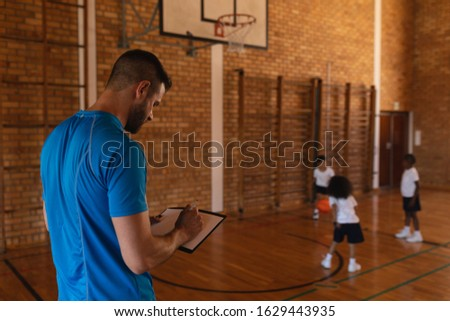 Oldalnézet kosárlabda edző ír vágólap kosárlabdapálya Stock fotó © wavebreak_media