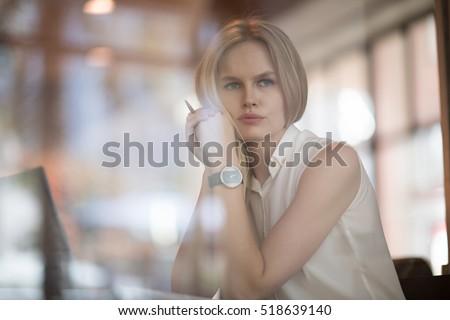 jonge · ernstig · zakenvrouw · vergadering · tabel · cafe - stockfoto © pressmaster