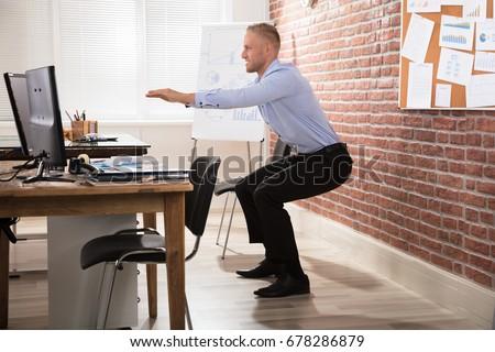 小さな · ビジネスマン · ストレッチング · エレガントな · 椅子 · オフィス - ストックフォト © andreypopov