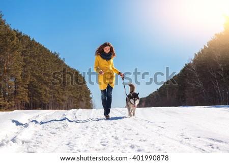 Vrouw husky hond lopen winter bergen Stockfoto © ElenaBatkova