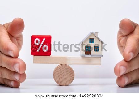 Evenwicht percentage huis hand Rood Stockfoto © AndreyPopov