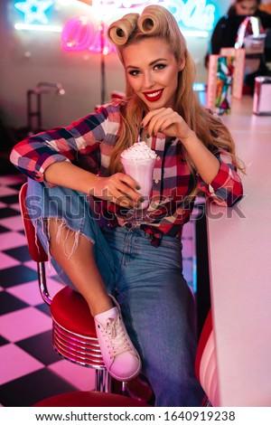 Foto prachtig vrolijk vrouw drinken glimlachend Stockfoto © deandrobot