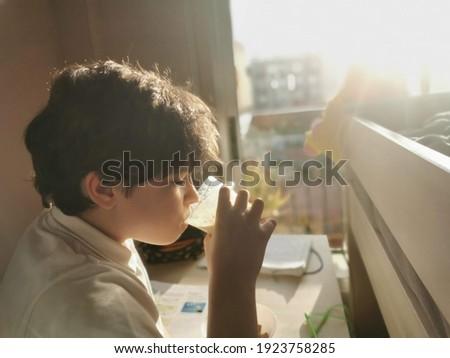 chłopca · praca · domowa · biały · strony · uśmiech · książki - zdjęcia stock © stockyimages