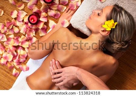 Kobieta spa masażu kwiaty kosmetyki pierwszy plan Zdjęcia stock © HASLOO