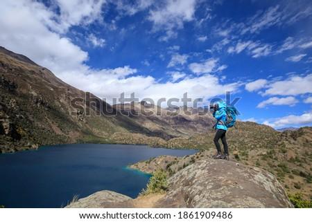 Kadın fotoğrafçı keşfetmek sonbahar doğa manzara Stok fotoğraf © stevanovicigor