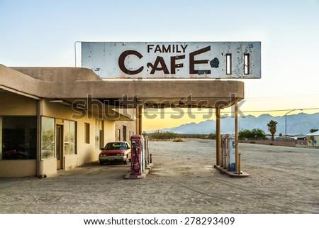 Coche abandonado gasolinera desierto pueblo centro Foto stock © meinzahn