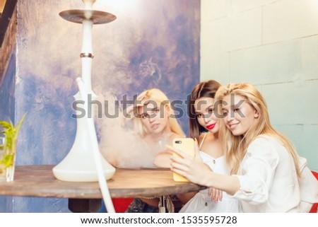 Donna fumare narghilè smartphone cafe bella Foto d'archivio © vlad_star
