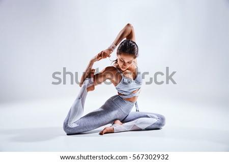 giovani · bella · donna · yoga · posa · isolato · grigio - foto d'archivio © doodko