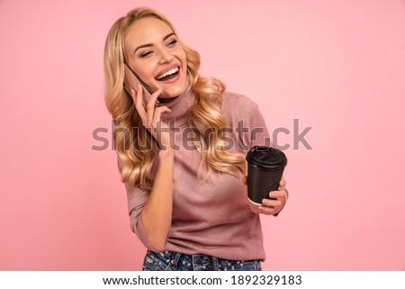 Immagine soddisfatto donna 20s sorridere Foto d'archivio © deandrobot