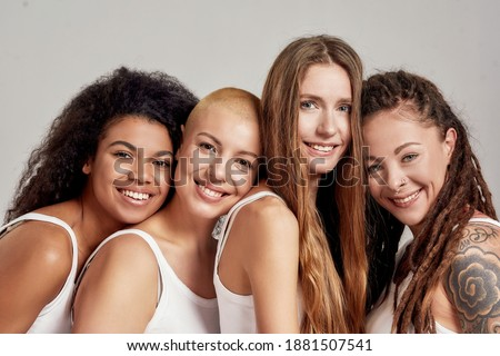 Jovem mulher atraente posando estúdio isolado cinza Foto stock © studiolucky