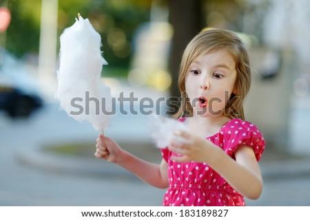 Mały cute dziewczyna bawełny candy jesienią Zdjęcia stock © dashapetrenko