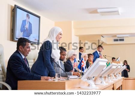 молодые успешный мусульманских женщины хиджабе глядя Сток-фото © pressmaster
