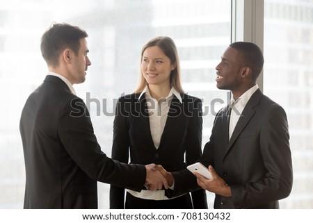 Kettő fiatal sikeres üzleti partnerek kézfogás tárgyal Stock fotó © pressmaster